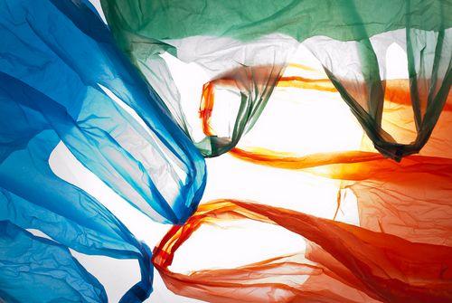 Acabar con las bolsas de plástico gratuitas, polémica medida del gobierno