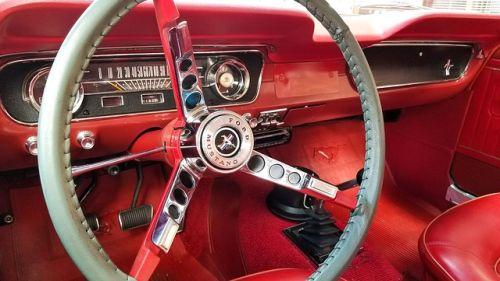 Fabrican relojes de colección con coches Mustang de desguace