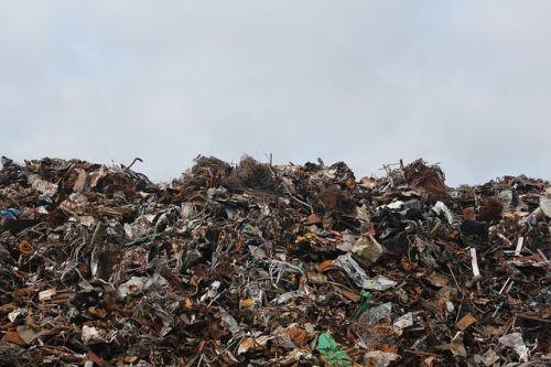 En Ghana fabrican muebles para hoteles de lujo con basura electrónica reciclada